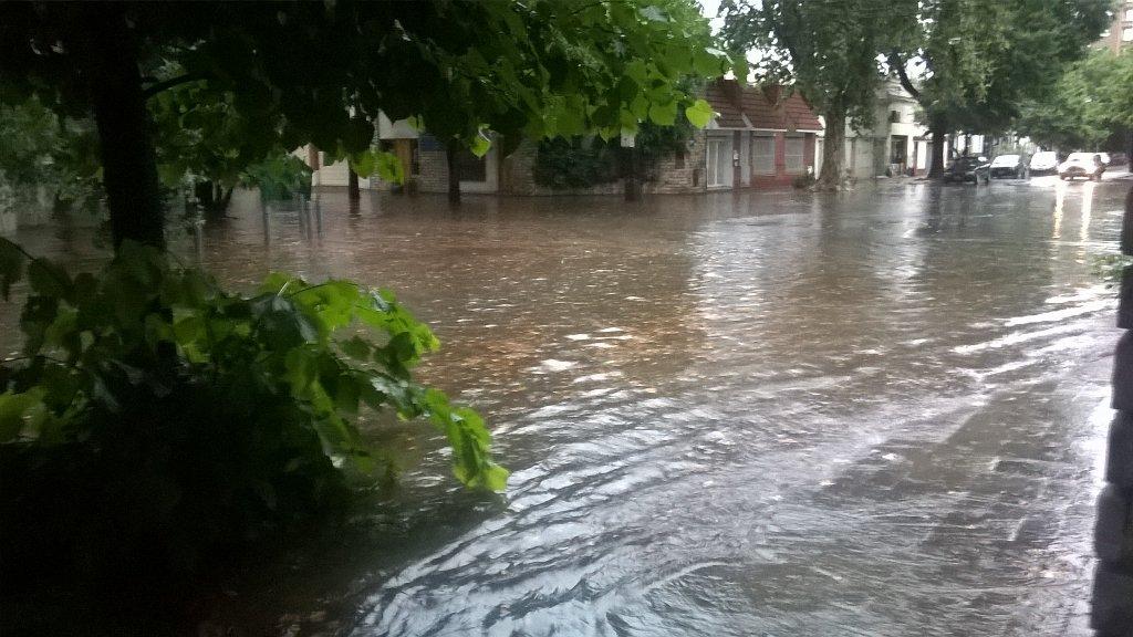 Una laguna. Algunas calles de la ciudad quedaron totalmente anegadas (Foto: Twitter @DavidCastaLepra)