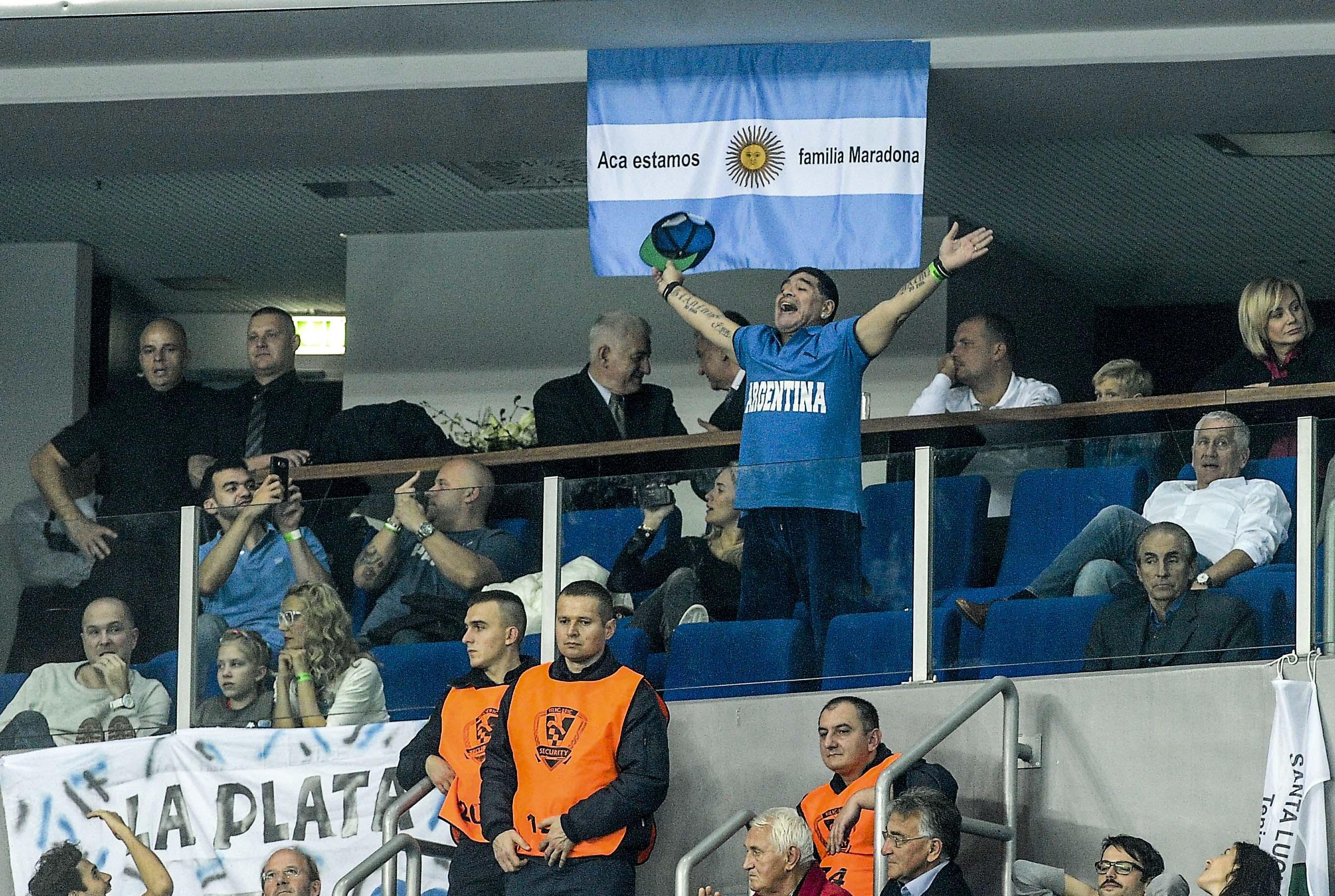 Maradona vivió con toda intensidad los primeros dos puntos de la final de la Davis (Télam)