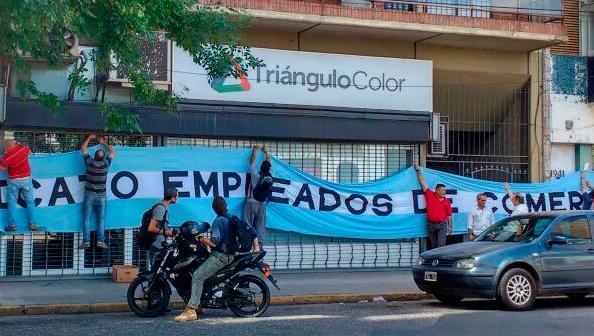 Los trabajadores se concentraron este jueves frente a la sede central. (Foto: AEC)