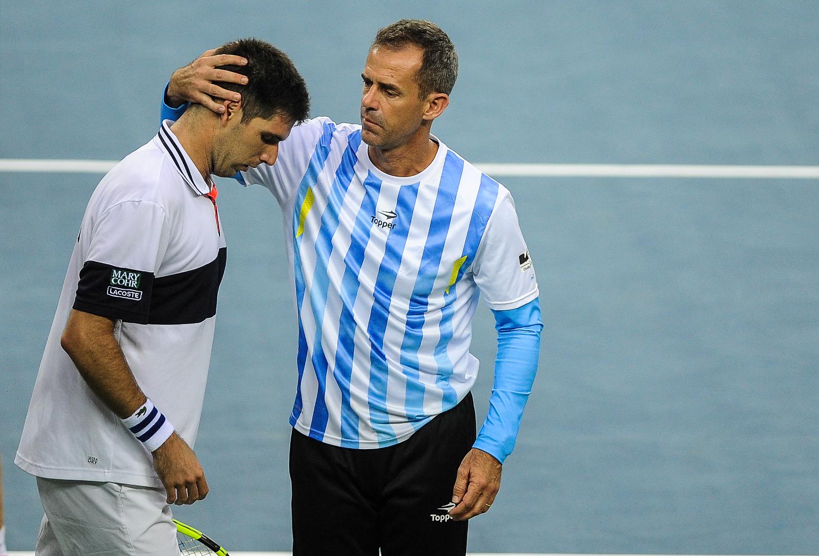 Delbonis, es consolado por el DT Daniel Orsanic, luego de caer contra Marin Cilic.