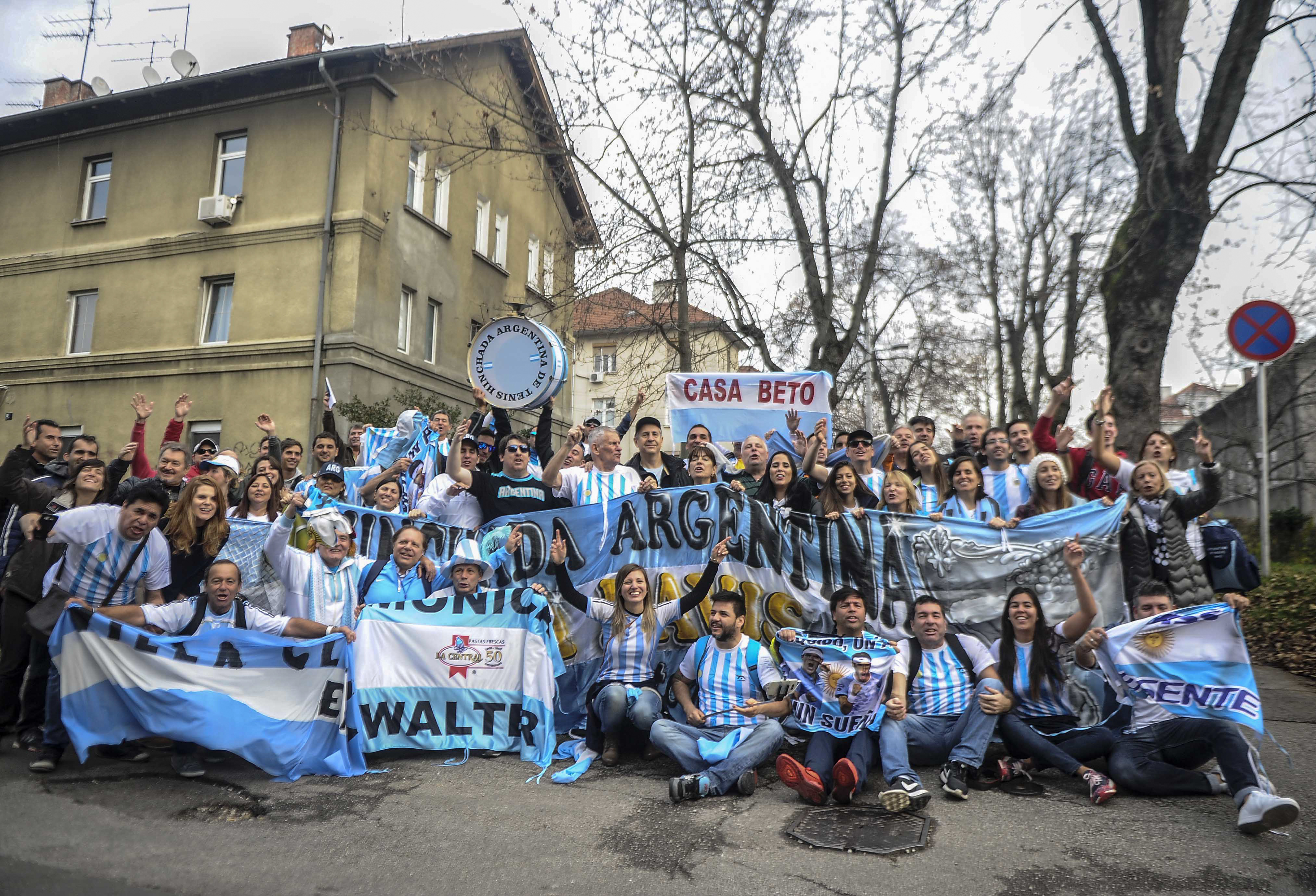 Los hinchas argentinos se agruparon en la puerta del estadio donde se hizo el sorteo. (Foto:Télam)