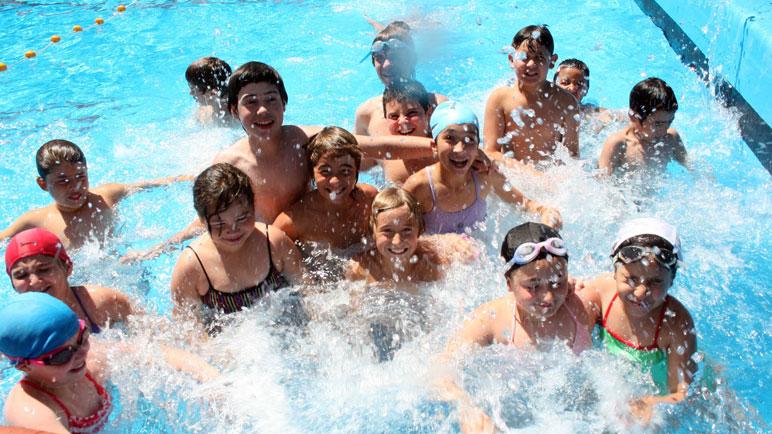 Los chicos pueden disfrutar de un verano en el agua.