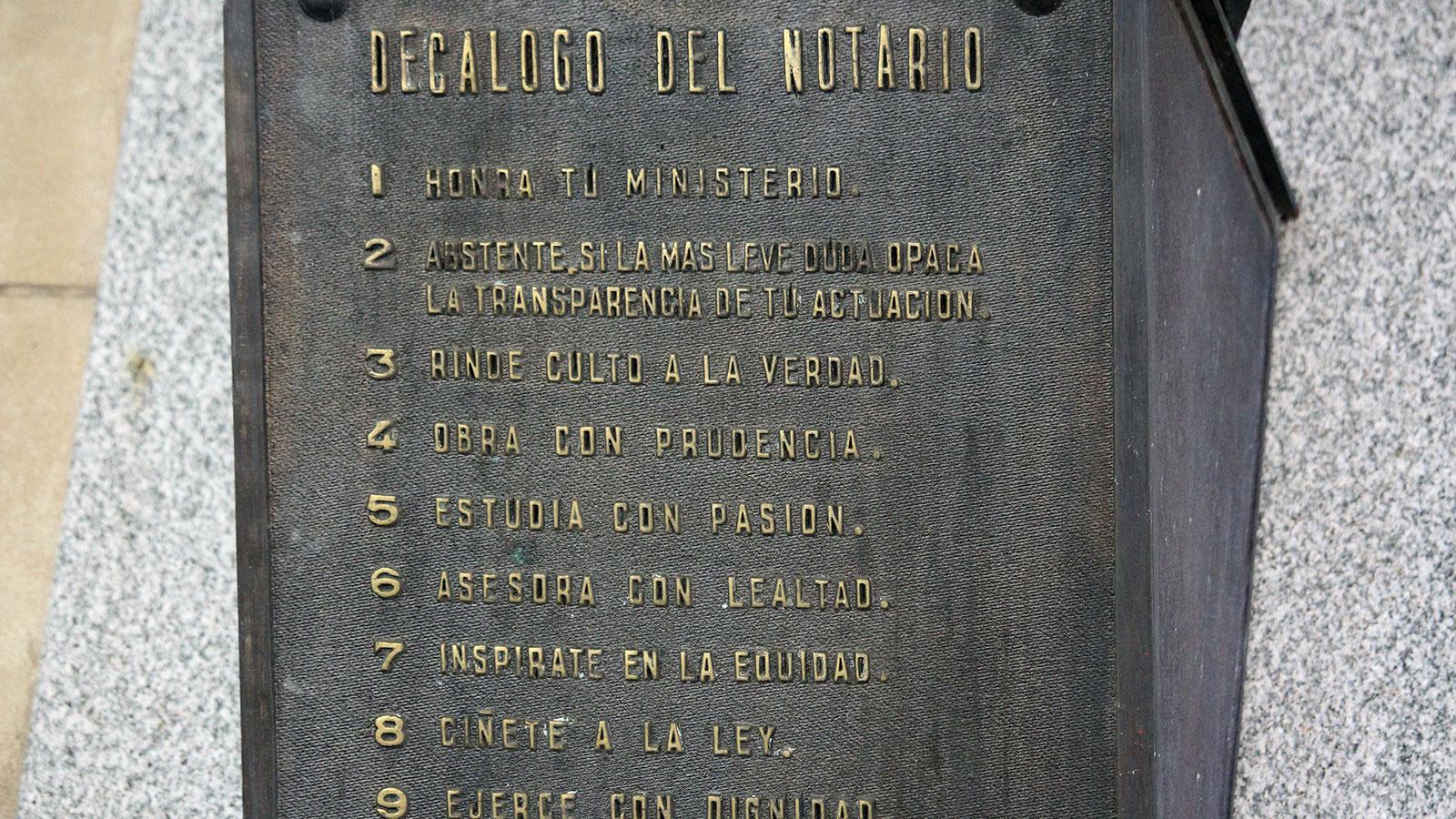 Una placa vela en el Colegio de Escribanos por los mandamientos que debe guardar el oficio de notario.