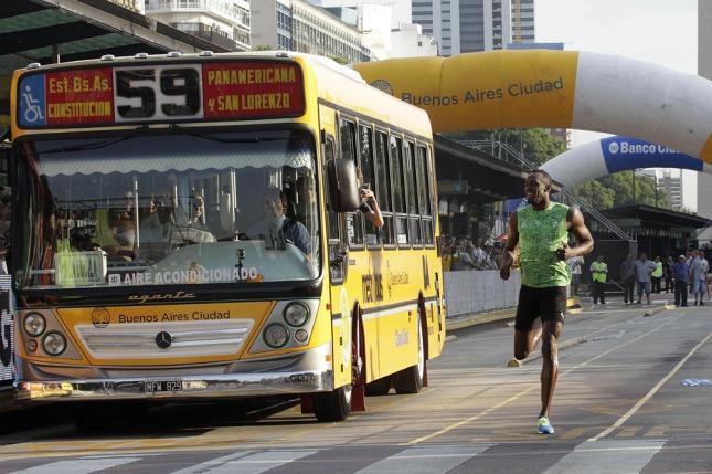 Bolt durante su carrera en el Metrobus porteño.