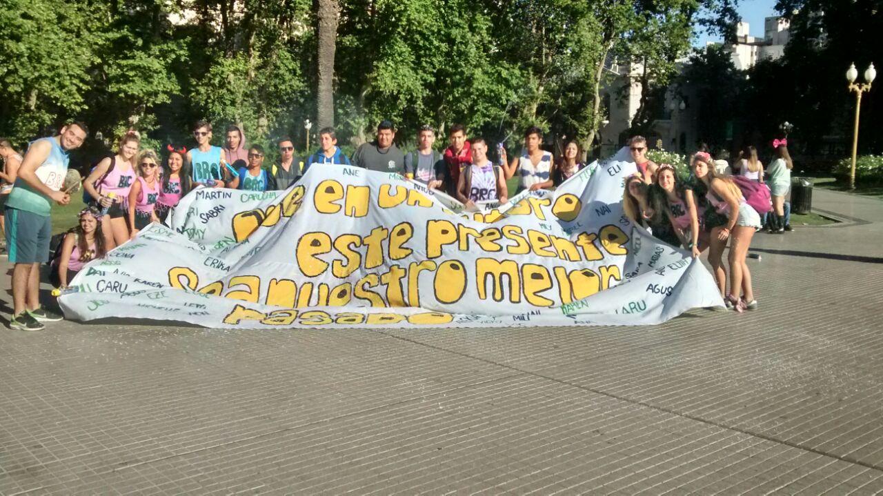 Loss estudiantes del Colegio Urquiza mostraron la bandera usurpada a los de 5º, en plaza San Martin.