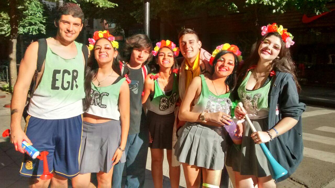 Jóvenes del Colegio San Jorge festejando en la esquina de Córdoba y Pte. Roca(RosarioPlus)