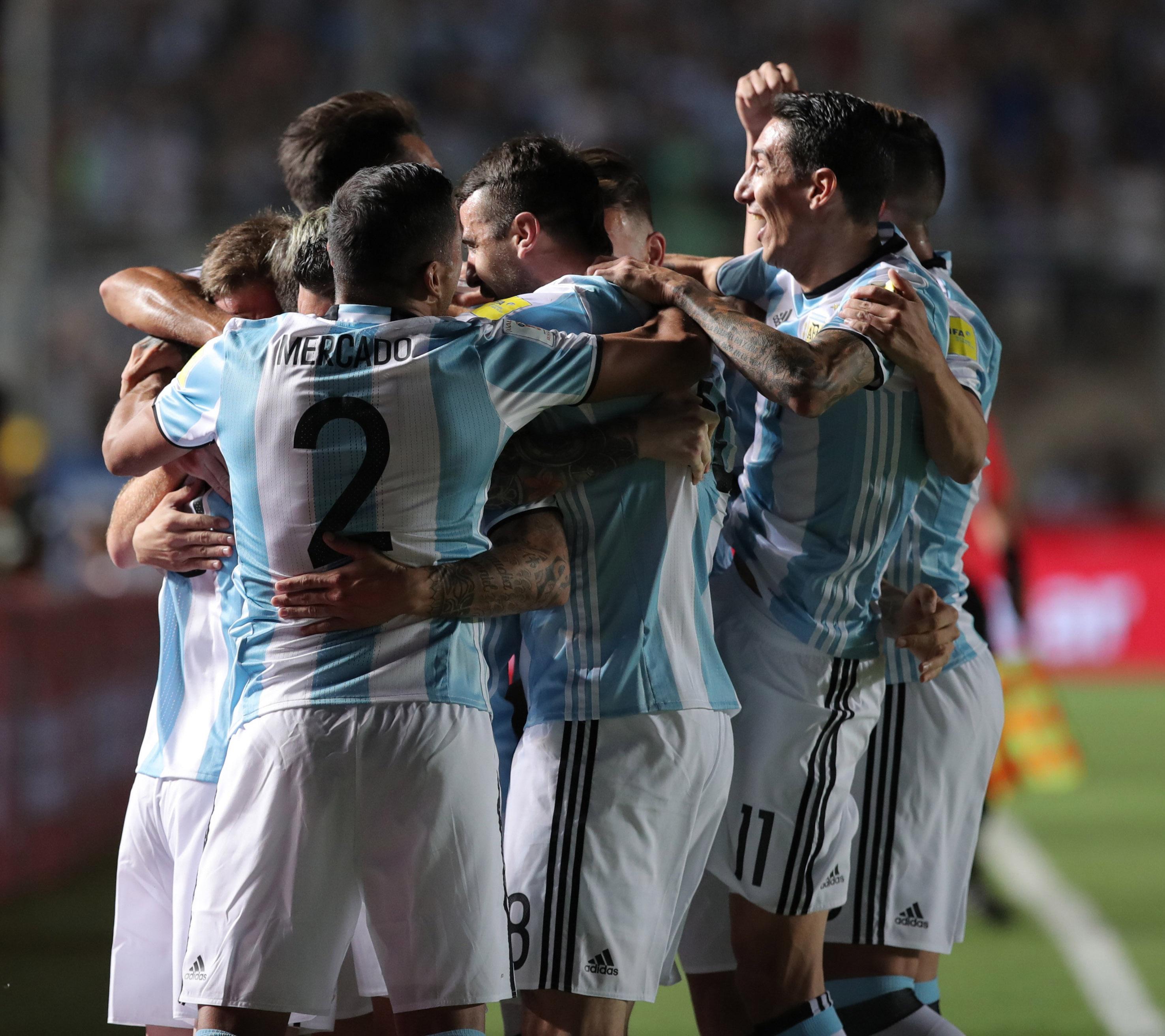 Argentina goleó a Colombia y volvió a zona de repechaje (EFE)