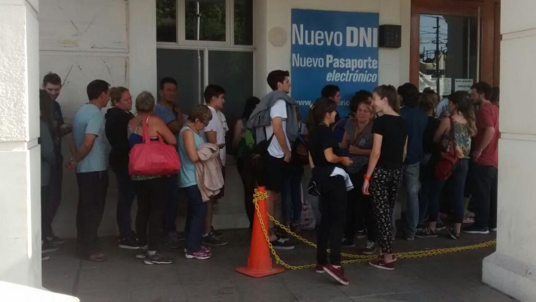 Cientos de rosarinos formaron una cola frente a la terminal ferroviara. (Foto: Ignacio Pellizzón)