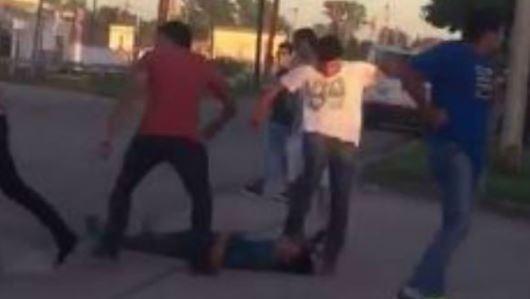 Instante en que uno de los que peleó le pateó la cabeza a un joven desmayado.
