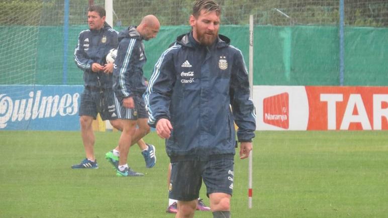 La Selección entrenó en Ezeiza bajo lluvia y voló a San Juan.
