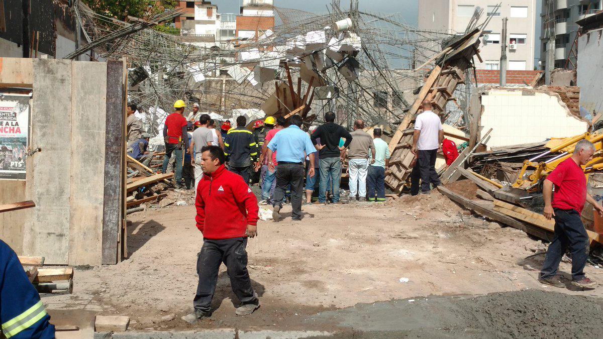 El derrumbe se produjo en el centro de Campana (Foto: @dantrila)