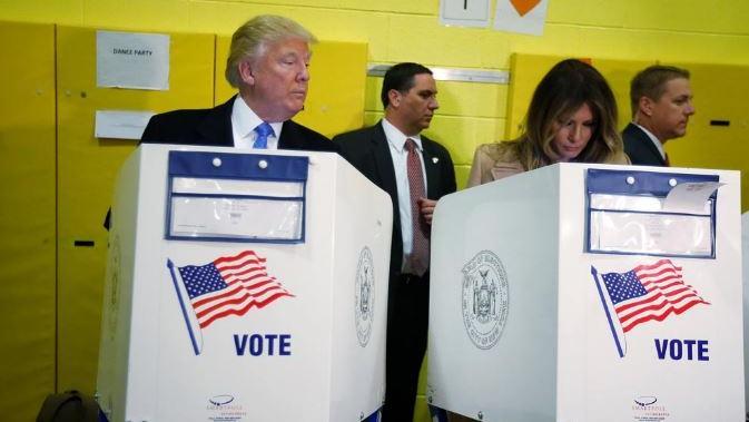 Donald Trump mira cómo vota su esposa, Melania. (AP Photo/ Evan Vucci)