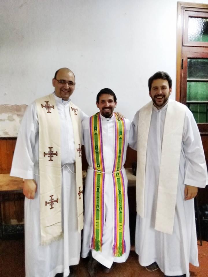 El sacerdote Belay (izq.) junto a compañeros de la Pastoral.