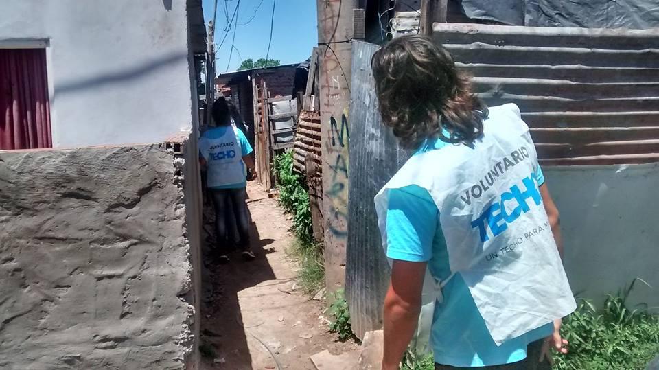 Voluntarios de Techo visitaron diferentes barrios de la ciudad.