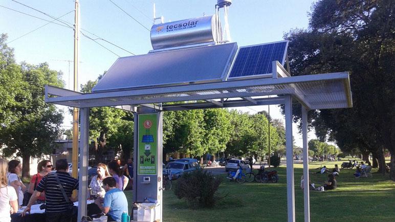 La estación solar está instalada en la plaza 12 de Octubre.