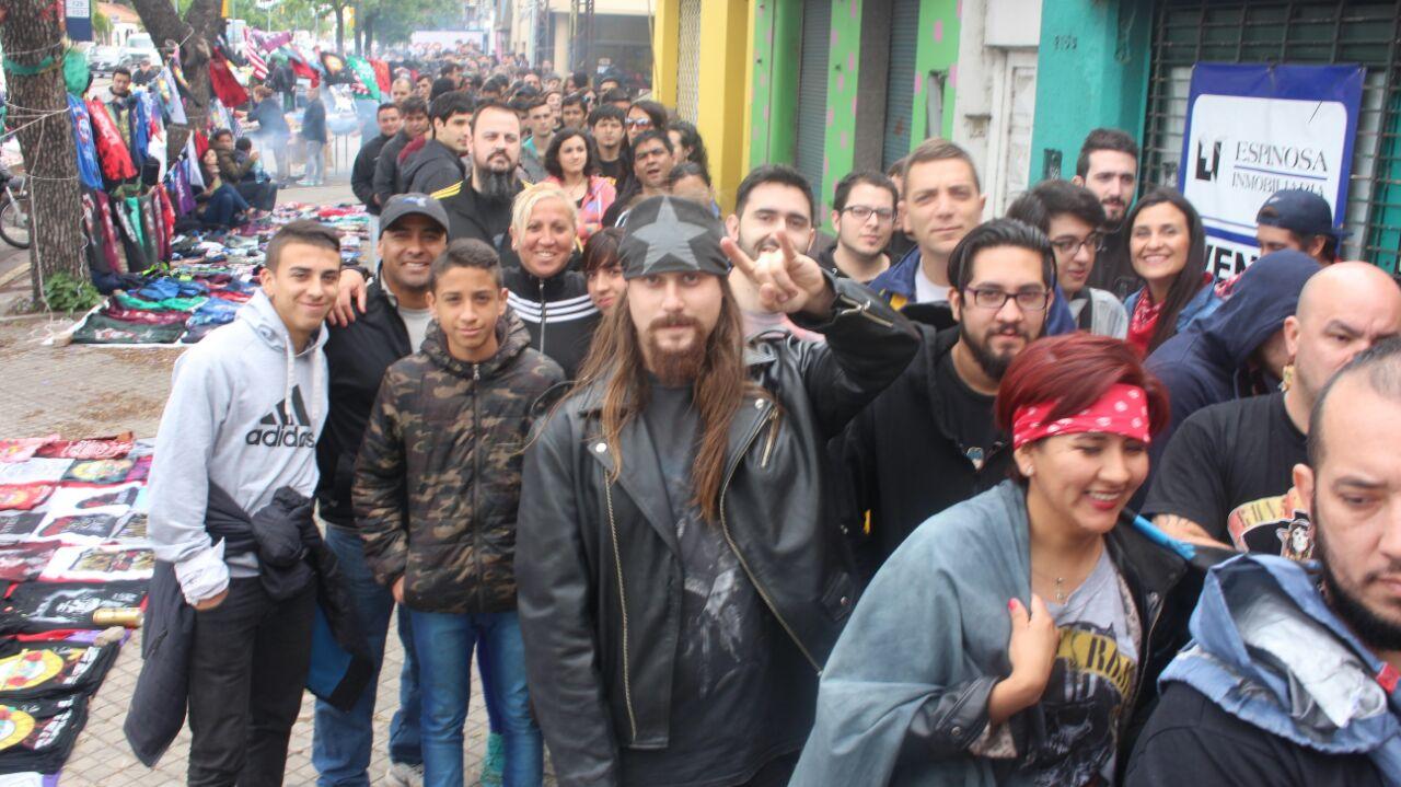 Fans de todo el país le hacen el aguante a los Guns en Arroyito