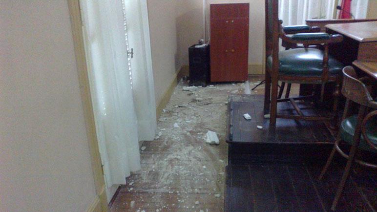 Parte de la mampostería en el piso de la sala de sesiones.