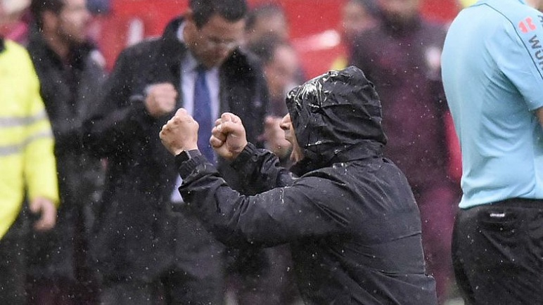 Sampaoli festeja el gol bajo la lluvia.