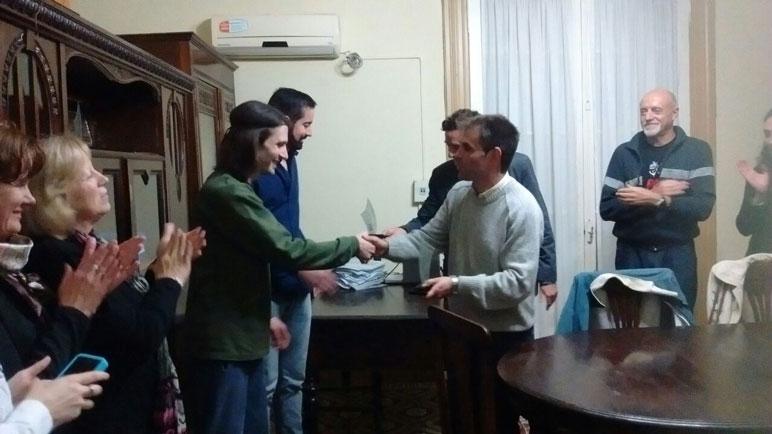 Martín Delfrate y Leandro Spetich saludados por Mauricio Plancich, presidente del Concejo.