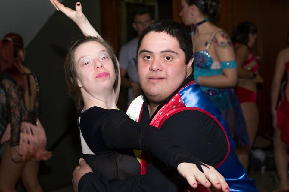 Entre otros talleres, hay uno que enseña danzas.