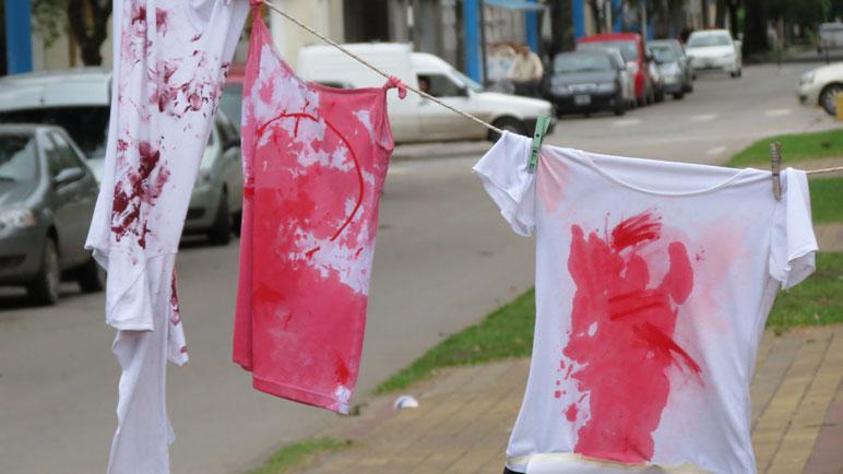 Remeras con sangre (tempera) como signo de violencia.
