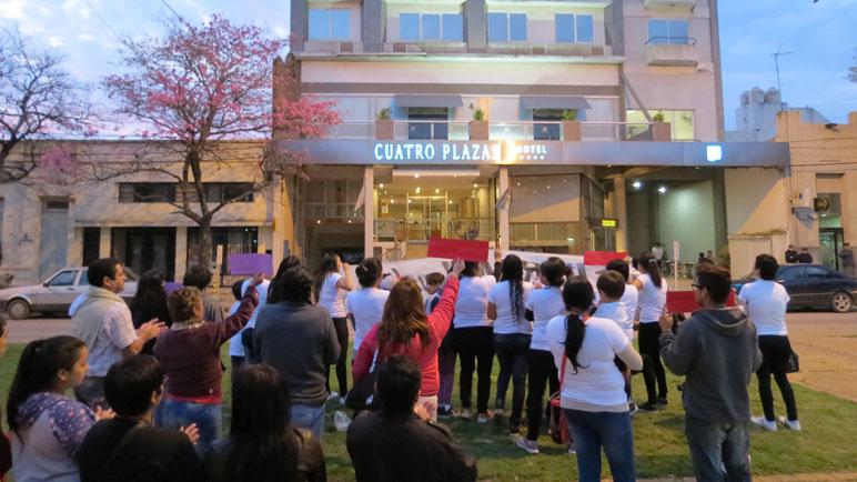 El reclamo frente al hotel Cuatro Plazas.