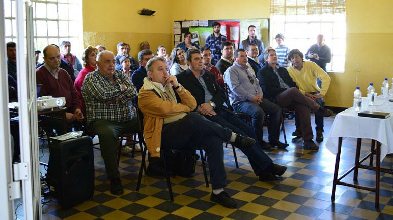 Productores en la firma de los convenios en La Chispa.