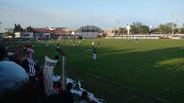 El partido de ida se jugó en cancha de Firmat FBC. Foto Radiosentidos Firmat.