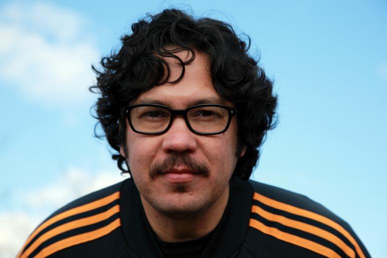 Luis Chaves editó en Seix Barral su poesía completa bajo el nombre de Falso documental.