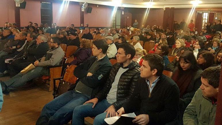 La asamblea de vecinos en el Cine Teatro San Martín.