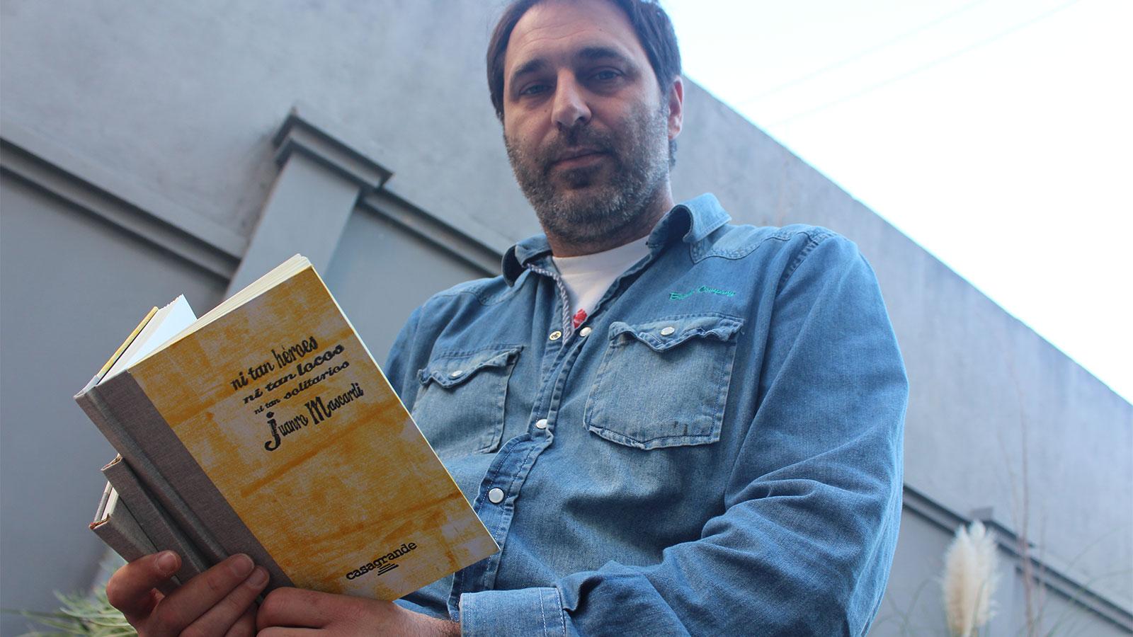 Juan Mascardi junto a su libro, recién editado y ya en librerías.