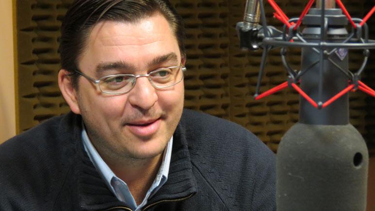 Juan José Sarasola en los estudios de Radio Casilda.