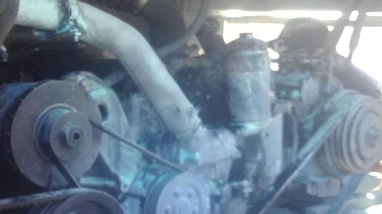 El fuego se inició en el motor del vehículo.