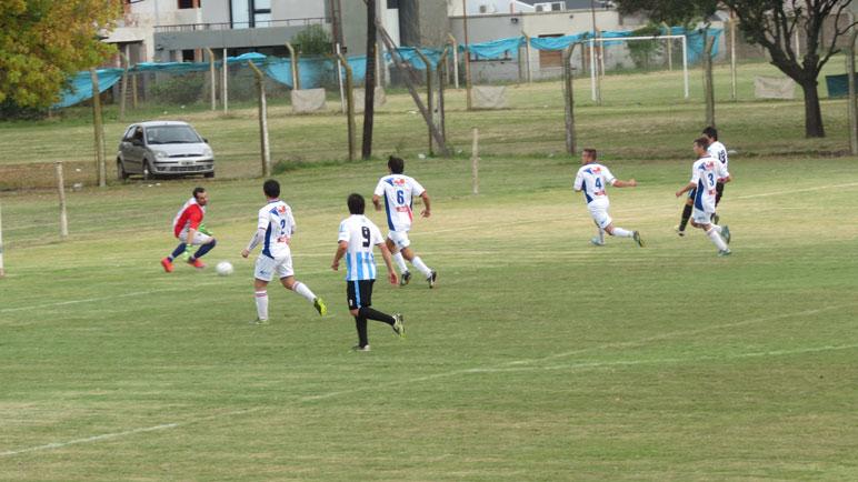 Destino de gol: Martín Saichuk abre el marcador para la goleada 4 a 1 de Argentino sobre Unión.