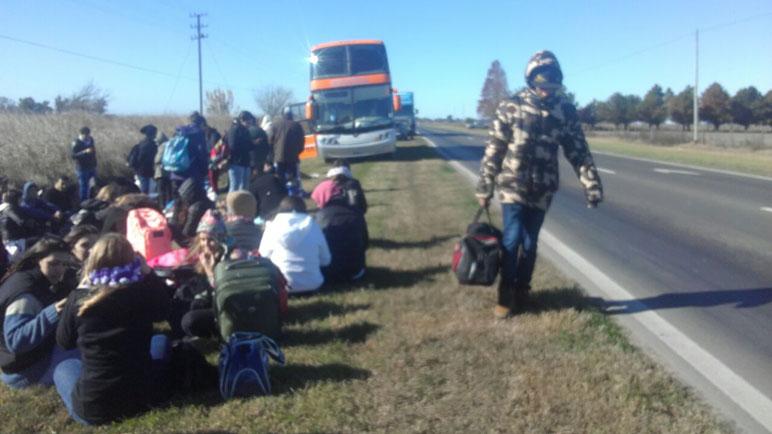 Los pasajeros debieron aguardar sobre la banquina.