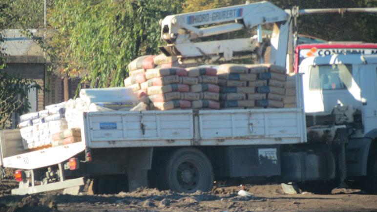 El camión empantanado en el cruce de las tres calles.