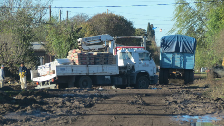 El camión cargado de materiales empantanado en la esquina.