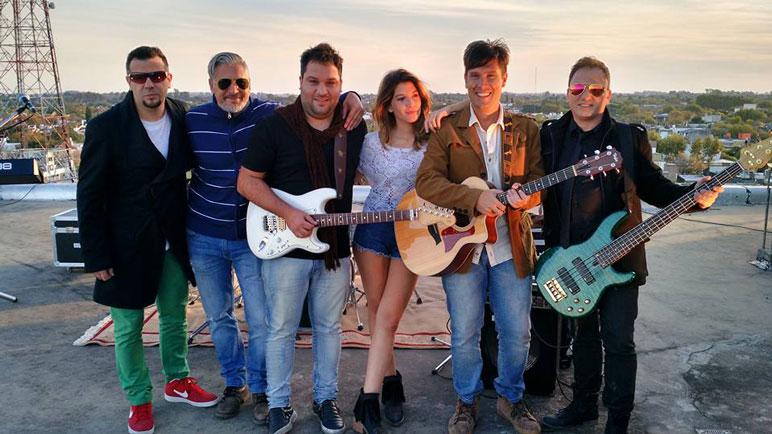 Albano y la banda junto a la modelo que protagoniza el video clip.