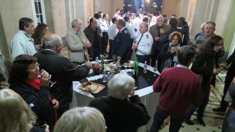 Los presentes compartieron un ágape en el hall del municipio.