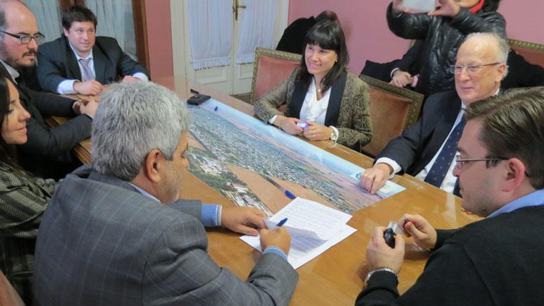 Las autoridades en la firma del convenio.