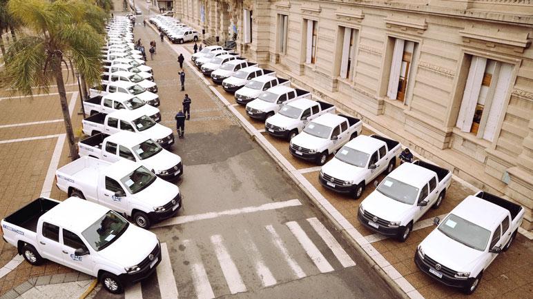 Repartieron 18 camionetas en localidades de 17 departamentos.