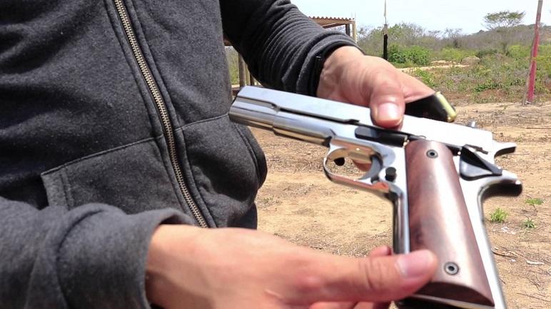 La fiscal secuestró un arma que resultó era una réplica (foto ilustrativa)