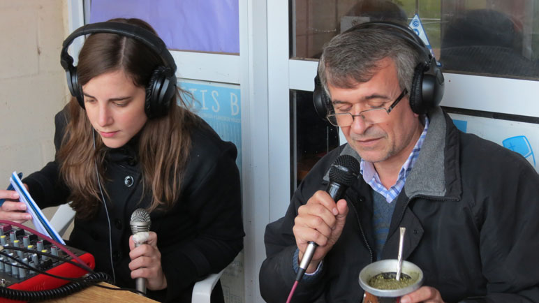 Anabella Castelli y Guillermo Monclús escuchan a los vecinos.