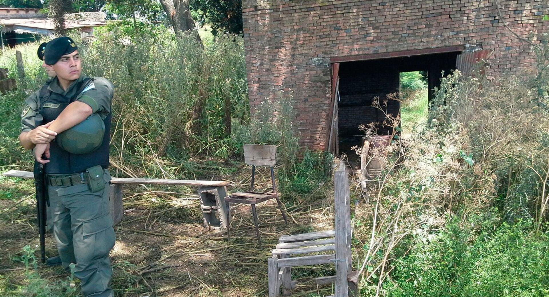 En la construcción había un calentador y restos de comida y agua.