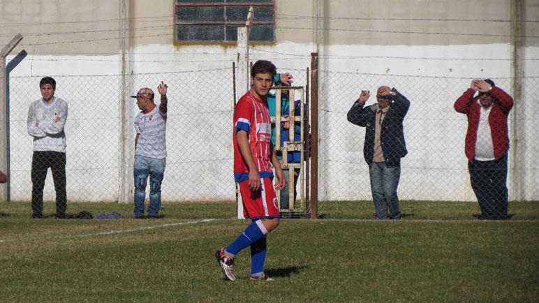 Postal de Messi. Facundo jugó versus Maradona en Fuentes.