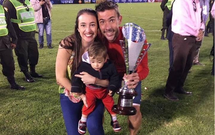 Un familia de campeón. Marcos, su mujer y su hijo festejando en Cochabamba.