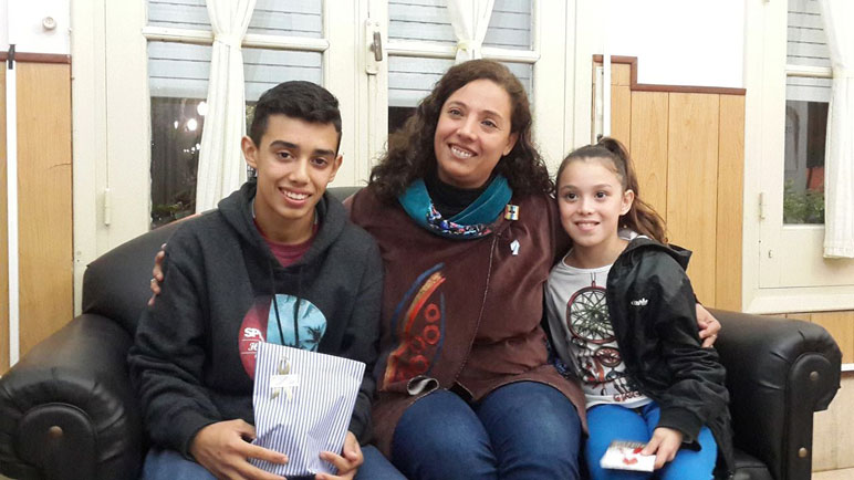 Julieta e Ignacio junto a la intendenta Verónica Schuager.