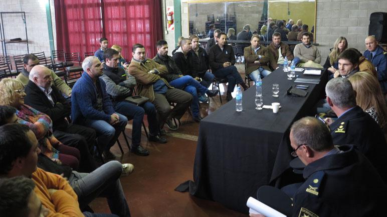 Pullaro y los representantes de la región reunidos en la Sala Cultural de Chabás.