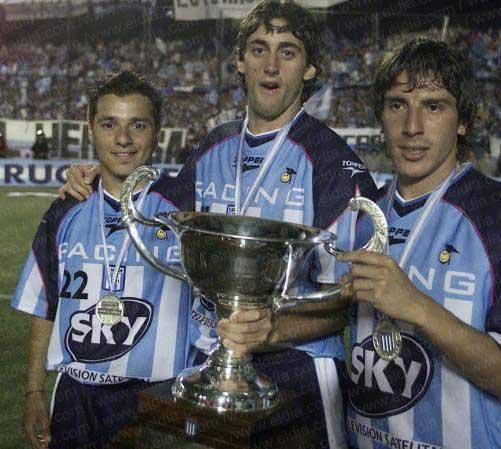 Con Estevez y Arano, y la copa del torneo 2001. Allí entró en la historia albiceleste.