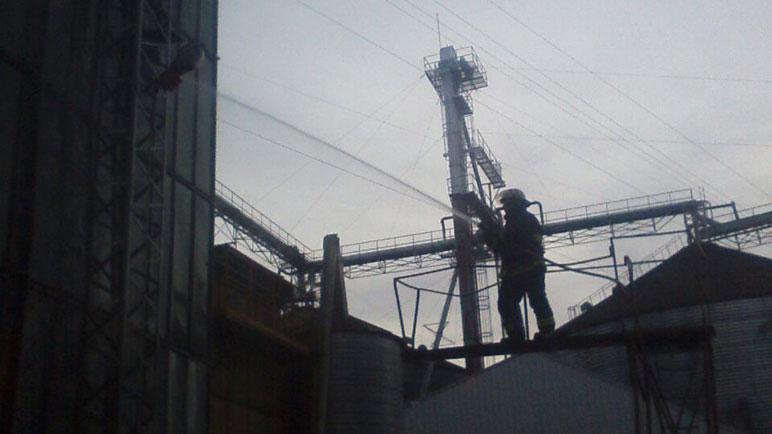 Complicada tarea de los bomberos para llegar al foco del incendio.